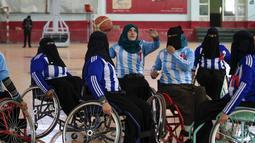 Wanita penyandang disabilitas mengambil bagian dalam kejuaraan bola basket kursi roda lokal di Sanaa, Yaman, 9 Desember 2019. Para pemain berlomba-lomba untuk dirangkul oleh masyarakat demi kekuatan mereka daripada dipandang sebagai beban selama masa perang. (MOHAMMED HUWAIS/AFP)