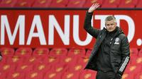Manajer Manchester United, Ole Gunnar Solskjaer, saat melihat timnya kalah 1-2 dari Leicester City dalam lanjutan Premier League, Rabu 12/5/2021) dini hari WIB. Kekalahan itu memastikan sang tetangga, Manchester City, menjadi juara Premier League musim ini. (PETER POWELL / POOL / AFP)