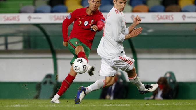Penyerang Portugal, Cristiano Ronaldo menembak bola saat bertanding melawan Portugal pada pertandingan persahabatan di stadion Jose Alvalade di Lisbon, Rabu (7/10/2020). Spanyol bermain imbang 0-0 atas Portugal. (AP Photo/Armando Franca)