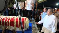 SBY dan peti jenazah Ani Yudhoyono masuk ke pesawat saat bertolak ke Indonesia. (dok Partai Demokrat)