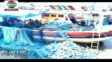 Wali Kota Surabaya Tri Rismaharini menyerahkan bantuan berupa beras kepada para nelayan di Tempat Pelelangan Ikan (TPI) Romokalisari, Benowo, Surabaya, Jawa Timur, Rabu (8/1/2020).