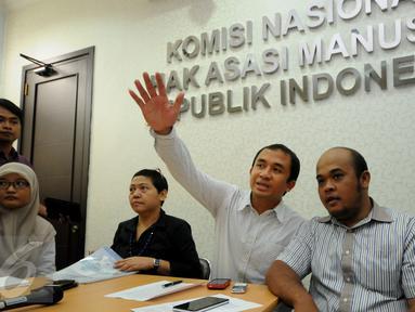 Aktivis Walhi, Muhnur Satyahaprabu (tengah) memberikan pernyataan terkait konflik tambang Lumajang di gedung Komnas HAM, Jakarta, Senin (28/9/2015). Sebelumnya terjadi konflik pertambangan yang memakan satu korban jiwa. (Liputan6.com/Helmi Fithriansyah)