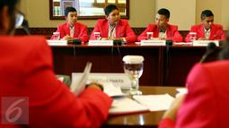 Sejumlah siswa berperan sebagai Dirjen dan Kepala Instansi saat mengikuti raker di Kemenaker, Jakarta, Selasa (11/10). Sebanyak 22 anak terpilih dari 11 provinsi berkumpul di Jakarta, untuk mengikuti 'Sehari Jadi Menteri'. (Liputan6.com/Fery Pradolo)