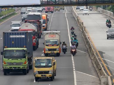 Sejumlah sepeda motor melintasi Tol Karang Tengah, Tangerang, Banten, Kamis (2/1/2020). Pengendara sepeda motor masih diperbolehkan melintasi tol untuk menghindari ruas jalan yang terendam banjir di beberapa wilayah Jabodetabek. (Liputan6.com/Angga Yuniar)