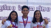 Tiga peraih medali emas Indonesia di hari kedua SEA Age Group Swimming Championship 2019, Azzahra Permatahani, Farrel Armandio Tangkas, dan Adelia, berpose dengan medali yang mereka raih di perlombaan renang junior yang digelar di Phnom Penh, Kamboja, Sabtu (29/6/2019). (Dok. PRSI)