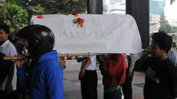 Mereka membawa nisan dan keranda sebagai simbol matinya KPK di tangan Jokowi (Liputan6.com/Herman Zakharia).