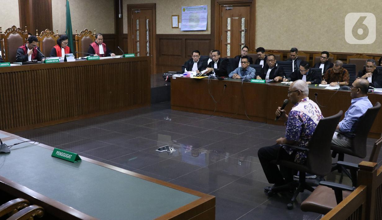 Saksi Kabul Riwanto dan Welfridus Korbaho memberikan keterangan saat sidang kasus suap pengadaan pesawat dan mesin pesawat di PT Garuda Indonesia dengan terdakwa Emirsyah Satar dan Soetikno Soedarjo di Pengadilan Tipikor Jakarta, Kamis (30/1/2020). (Liputan6.com/Angga Yuniar)