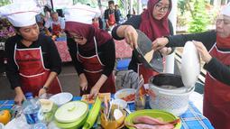 Karyawan Badan Pengkajian dan Penerapan Teknologi (BPPT) lomba masak di Puspitek, Setu, Tangerang Selatan, Kamis (24/1). Lomba ini juga menggunakan minuman herbal produksi kedeputian Teknologi Agroindustri dan Bioteknologi (TAB). (Merdeka.com/Arie Basuki)