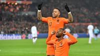 Dua pemain Belanda, Geroginio Wijnaldum (depan) dan Memphis Depay (belakang), merayakan gol ke gawang Prancis pada laga Liga A Grup 1 UEFA Nations League, di Stadion Feijenoord, Rotterdam, Jumat (16/11/2018). (AFP/Emmanuel Dunand)