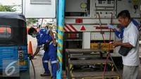 Petugas MRU mengisi BBG untuk kendaraan bajaj di kawasan Waduk Pluit, Jakarta, Selasa (16/2/2016). PT Perusahaan Gas Negara (Persero) Tbk (PGN) bakal membangun 60 unit Stasiun Pengisian Bahan Bakar Gas (SPBG) hingga 2019. (Liputan6.com/Yoppy Renato)