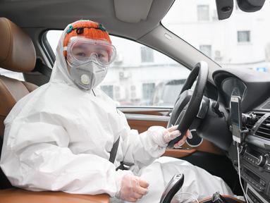 Liu berada dalam mobilnya saat mengirimkan makanan untuk para petugas medis di Wuhan, Provinsi Hubei, China, Rabu (26/2/2020). Sukarelawan perempuan berusia 24 tahun dari Provinsi Sichuan ini sengaja berkendara puluhan jam menuju pusat wabah virus corona COVID-19 di Wuhan. (Xinhua/Cheng Min)