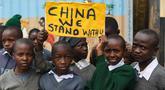 Para murid sekolah dasar Kenya memegang plakat untuk mengekspresikan dukungan kepada China di Nairobi, ibu kota Kenya, pada 19 Februari 2020. Banyak anak di seluruh dunia membuat lukisan sebagai wujud solidaritas terhadap perjuangan China memerangi epidemi coronavirus baru. (Xinhua/Li Yan)