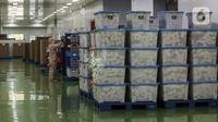 Aktivitas pekerja di pabrik produksi obat Kimia Farma di Banjaran, Bandung, Jawa Barat, Kamis (29/7/2021). Menurut Wakil Ketua DPR RI Sufmi Dasco Ahmad, Kimia Farma telah memproduksi obat COVID-19 Favipiravir berkapasitas produksi 2 juta tablet per hari. (Liputan6.com/Johan Tallo)