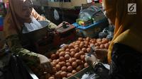 Pedagang menjual telur ayam di pasar tradisional di Jakarta, Kamis (6/12). Di tingkat pengecer, harga telur ayam mencapai Rp 28.000/kg. (Liputan6.com/Immanuel Antonius)