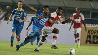 Bek Persib Bandung, Ardi Idrus, berebut bola dengan striker Persipura Jayapura, Marinus Wanewar, pada laga Liga 1 2019 di Stadion Si Jalak Harupat, Bandung, Sabtu (18/5). Persib menang 3-0 atas Persipura. (Bola.com/M. Iqbal Ichsan)