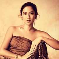 Dian Sastrowardoyo memakai kain batik (Instagram/therealdisastr)