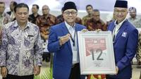 Ketua Umum Partai Amanat Nasional (PAN) Zulkifli Hasan (tengah) mendapatkan nomor 12 sebagai peserta pemilu 2019 saat pengundian nomor urut parpol di kantor KPU, Jakarta, Minggu (19/2). (Liputan6.com/Faizal Fanani)