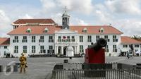 Salah satu manusia patung berdiri menghadap Gedung Fatahillah yang berada di kawasan Kota Tua, Jakarta, Jumat (4/3). Pemprov DKI segera melakukan revitalisasi kawasan Kota Tua dan membutuhkan dana anggaran sebesar Rp 200 miliar (Liputan6.com/Yoppy Renato)