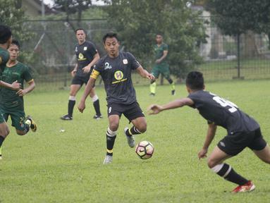 Striker Barito Putera, Samsul Arif, berusaha melewati hadangan pemain PS Tira pada laga persahabatan di Lapangan Bais, Bogor, Kamis (22/2/2018). PS Tira kalah 1-2 dari Barito Putera. (Bola.com/Asprilla Dwi Adha)