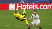 Pemain Borussia Dortmund, Julian Brandt, melakukan tendangan salto saat melawan Sevilla pada laga Liga Champions di Stadion Ramon Sanchez Pizjuan, Kamis (18/2/2021). Dortmund menang dengan skor 2-3. (AP/Angel Fernandez)