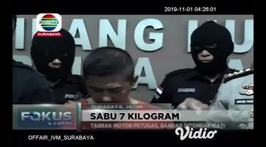 Jaringan sabu asal Malaysia yang di kendalikan kurir dan bandar asal Surabaya, di tangkap Mapolda Jawa Timur, polisi menyita 7kg shabu yang dimasukan kedalam teh cina. Pelaku terpaksa ditembak mati karena nekat menabrak motor anggota ketika berupaya ...
