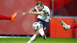 Striker Inggris, Harry Kane, melepaskan tendangan saat melawan Belgia pada laga UEFA Nations League di Stadion King Power, Senin (16/11/2020). Belgia menang dengan skor 2-0. (AP/Francisco Seco)