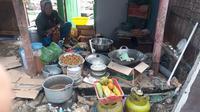 Mbah Sri Solekah tetap memasak dalam jumlah banyak untuk buka puasa dan sahur bersama para warga yang tergusur. Entah masakan apa, namun berbumbu gerutuan dan wajah duka. (foto: Liputan6.com / felek wahyu)