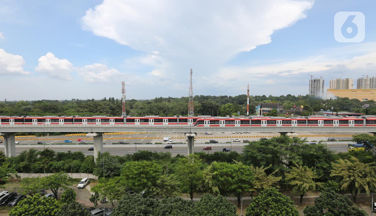 Rangkaian gerbong kereta LRT Jabodebek parkir di dekat stasiun LRT Harjamukti, Cibubur, Jakarta Timur, Jumat (26/3/2021). Berdasarkan data per 5 Maret 2021, progres pembangunan fase 1 LRT Jabodebek telah mencapai 83,37%. (Liputan6.com/Fery Pradolo)