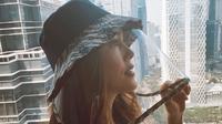 Cathy Sharon lindungi dirinya dengan mengenakan topi pelindung berbahan batik (Dok.Instagram/@cathysharon/https://www.instagram.com/p/B_CWeKYJ-uF/Komarudin)