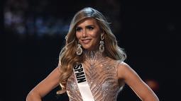 Miss Spanyol, Angela Ponce bersaing dalam kompetisi gaun malam selama babak penyisihan Miss Universe 2018 di Bangkok, (13/12). Angela Ponce menjadi perempuan transgender pertama yang jadi kontestan Miss Universe dalam sejarah. (Lillian SUWANRUMPHA/AFP)
