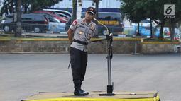 Kapolda Metro Jaya Irjen Pol Idham Aziz memimpin Apel Gelar Pasukan Pengamanan Malam Takbiran di halaman Ditlantas Polda Metro Jaya, Jakarta, Kamis (14/6). Ada sekitar 1.396 personel yang mengikuti apel itu. (Liputan6.com/Immanuel Antonius)