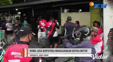 Tak ingin jumlah kasus Covid-19 terus bertambah, Wali Kota Surabaya Tri Rismaharini, berpatroli keliling kampung padat penduduk. Dengan menggunakan alat pengeras suara, Risma mengimbau warganya untuk disiplin memakai masker.