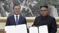 Presiden Moon Jae-in dan Pemimpin Kim Jong-un menandatangani kesepakatan baru dalam pertemuan di Pyongyang (AP)