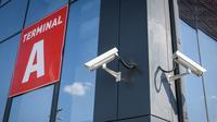 Kamera keamanan terlihat di sisi bangunan Bandara Saransk di Saransk, Rusia, Kamis (3/5). Bandara Saransk siap menyambut Piala Dunia 2018. (Mladen ANTONOV/AFP)