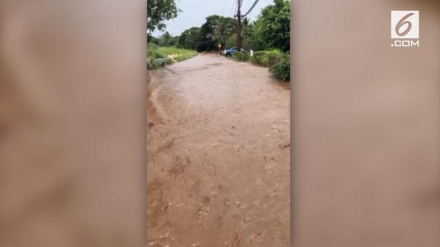 Badai tropis Olivia membawa banjir besar beserta lumpur ke jalanan di Maui. Hal ini membuat jalanan terlihat seperti sungai.