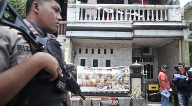 Petugas kepolisian berjaga di depan rumah terduga teroris di Jalan Belibis V, Semper Barat, Cilincing, Jakarta, Senin (23/9/2019). Dalam penggerebakan polisi mengamankan satu orang tersangka dan sejumlah barang bukti.  (merdeka.com/Iqbal S. Nugroho)