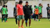 Pelatih Persebaya, Angel Alfredo Vera, saat memimpin latihan di Lapangan Persebaya, Surabaya, Senin (15/1/2018). (Bola.com/Aditya Wany)