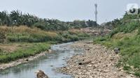 Pemandangan aliran Kali Bekasi yang menyurut di kawasan Margahayu, Bekasi, Jawa Barat, Selasa (8/10/2019). Musim kemarau berkepanjangan menyebabkan debit air Kali Bekasi menurun dan hampir mengering di beberapa titik. (merdeka.com/Iqbal Nugroho)