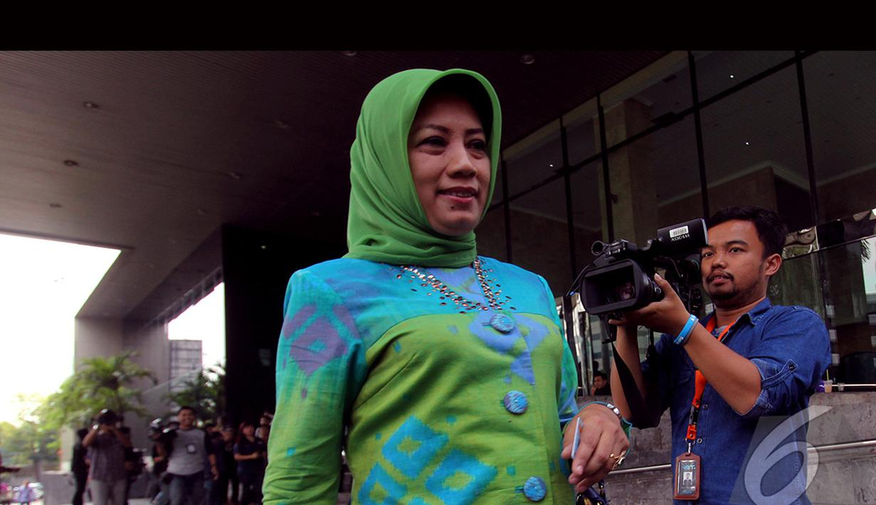 Elly Halimah keluar dari gedung KPK usai menjalani pemeriksaan, Jakarta, Rabu (13/8/2014) (Liputan6.com/Faisal R Syam)