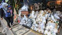 Warga melintas di area penjualan parcel di kawasan Cikini, Menteng, Jakarta Pusat, Rabu (15/6/2016). Pemprov DKI Jakarta berencana menertibkan pedagang parcel di Cikini dengan alasan menganggu pejalan kaki yang melintas. (Liputan6.com/Yoppy Renato)