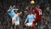 Gelandang Manchester City, Benardo Silva, berebut bola dengan gelandang Liverpool, Jordan Henderson, pada laga Premier League di Stadion Etihad, Manchester, Kamis (4/1). City menang 2-1 atas Liverpool. (AFP/Oli Scarff)