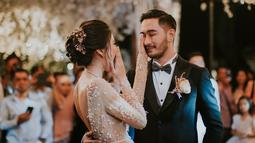 Selain serangkaian acara pernikahan, di resepsi pada malam harinya Nanas memberikan kejutan ulang tahun untuk laki-laki yang telah resmi menjadi suaminya. Terlihat air mata haru dan bahagia yang jadtuh dari pelupuk Jeje. (Instagram/syahnazs)