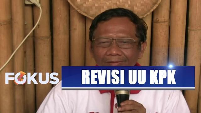 Mahfud MD juga mengomentari langkah tiga dari lima pimpinan KPK menyerahkan mandat pimpinan KPK kepada Presiden.