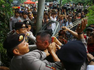 Seorang pria yang diduga provokator diamankan dari amukan massa saat sidang kasus penistaan agama di Jakarta, Selasa (10/1). Sempat terjadi kericuhan akibat peristiwa tersebut. (Liputan6.com/Immanuel Antonius)