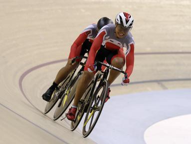 Pesepeda Indonesia memacu kecepatan pada nomor Women Elite Team Sprint saat Asian Track Championship 2019 di Jakarta International Veledrome, Jakarta, Rabu (9/1). Tim Indonesia gagal meraih medali pada nomor tersebut. (Bola.com/Yoppy Renato)