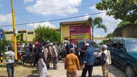 Ratusan orang memadati Klinik Bhakti Padma Blora, Jawa Tengah, sejak Selasa pagi hingga siang, (16/6/2020). Kedatangan mereka untuk memaksa pulang belasan pasien positif Covid-19 yang masih dirawat di klinik tersebut. (Liputan6.com/ Ahmad Adirin)