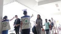 Warga negara Laos dan Myanmar diperiksa suhunya di pos imigrasi di Myawaddy dekat perbatasan Thailand ketika ribuan pekerja migran melintasi negara itu karena meningkatnya wabah Covid-19.(AFP)