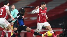 Gelandang Arsenal, Dani Ceballos (kanan) berebut bola dengan striker Crystal Palace, Wilfried Zaha dalam laga lanjutan Liga Inggris 2020/21 di Emirates Stadium, Kamis (14/1/2021). Arsenal bermain imbang 0-0 dengan Crystal Palace. (AFP/Neil Hall/Pool)