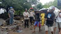 Warga membawa seorang pria yang terluka saat banjir di Ile Ape, di Pulau Lembata, provinsi Nusa Tenggara Timur, Minggu (4/5/2021).  Bencana banjir bandang telah menewaskan lebih dari 70 orang dan puluhan hilang serta membuat ribuan orang mengungsi. (AP Photo/Ricko Wawo)