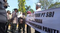 Massa aksi ketika menyampaikan aspirasinya di PT Solusi Bangun Indonesia (SBI) Pabrik Tuban. (Liputan6.com/Ahmad Adirin)